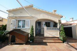 Comfortable villa with 2 bedrooms, covered terrace and garage