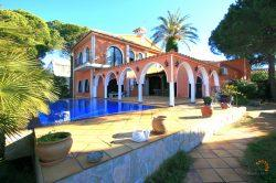 Stunning villa with 4 bedrooms, infinity pool and large private mooring site on broad canal