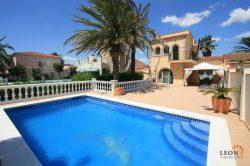 Lovely villa on broad canal, with 4 bedrooms, swimming pool and private mooring