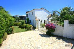 Delightful villa with 3 bedrooms, 2 guest apartments, swimming pool and private mooring