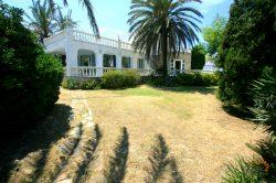 Spacious villa with 4 bedrooms and large garden with swimming pool