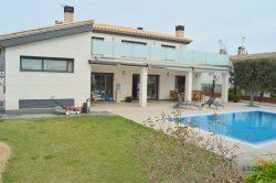 Alluring villa with 5 bedrooms, lift, swimming pool and private mooring