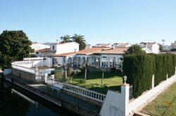 Attractive villa with 4 bedrooms, swimming pool and private mooring