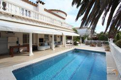 Fantastic villa on the canal with 5 bedrooms, beautiful terrace with pool and jetty