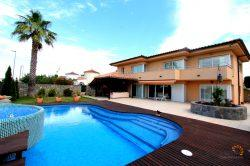 Luxurious and modern villa in elegant design, south facing and overlooking the magnificent pool with jacuzzi