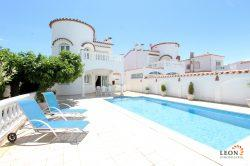 Attractive holiday villa for 6 people, with pool, mooring and beautiful views