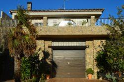 Villa with large terrace, garden, pool and garage for trucks