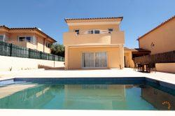 Beautiful detached villa with pool in a central location, with 4 bedrooms