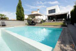 Beautiful modernist house with overflowing pool, garden, mooring 12.50 m and 4 bedrooms