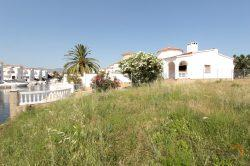 Magnificent plot of 993 m2 on the canal with 24 m jetty and a villa to renovate or build according to your wishes
