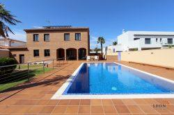 Magnificent villa with a beautiful garden, swimming pool and mooring 25 m