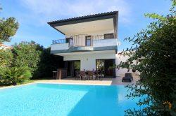 Immaculate modern villa for 8 people, 4 Bedrooms, magnificent terrasse with pool and mooring