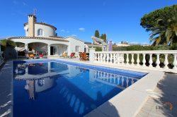 Attractive holiday villa on the canal for up to 8 people, 4 bedrooms, swimming pool and mooring of 15 m