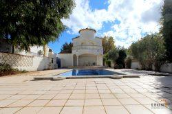 Villa with 3 bedrooms, swimming pool and private mooring on broad canal
