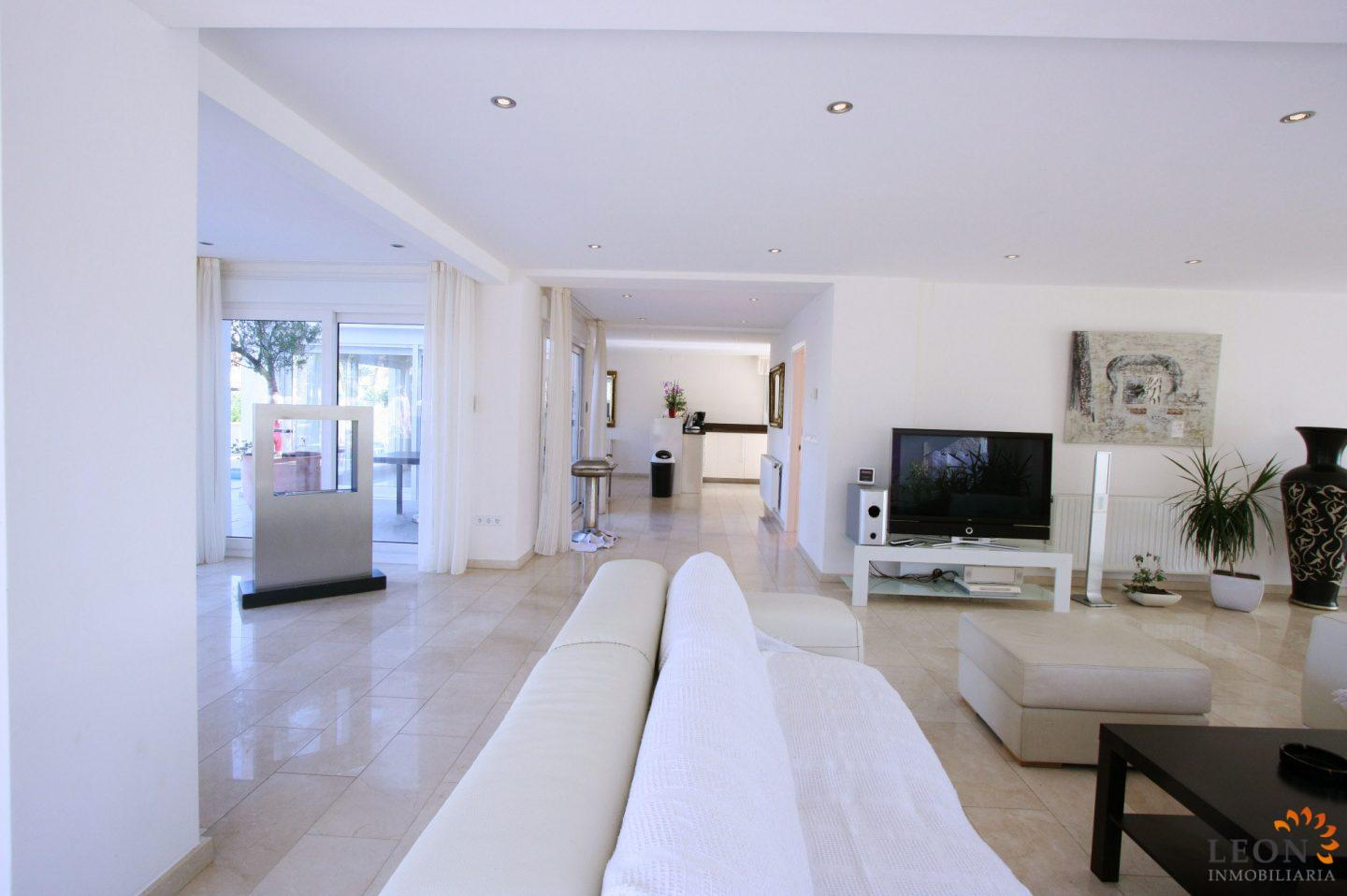 Empuriabrava, Costa Brava: Immaculate Modern Villa At Canal With 20m Jetty,  Tastefully Designed