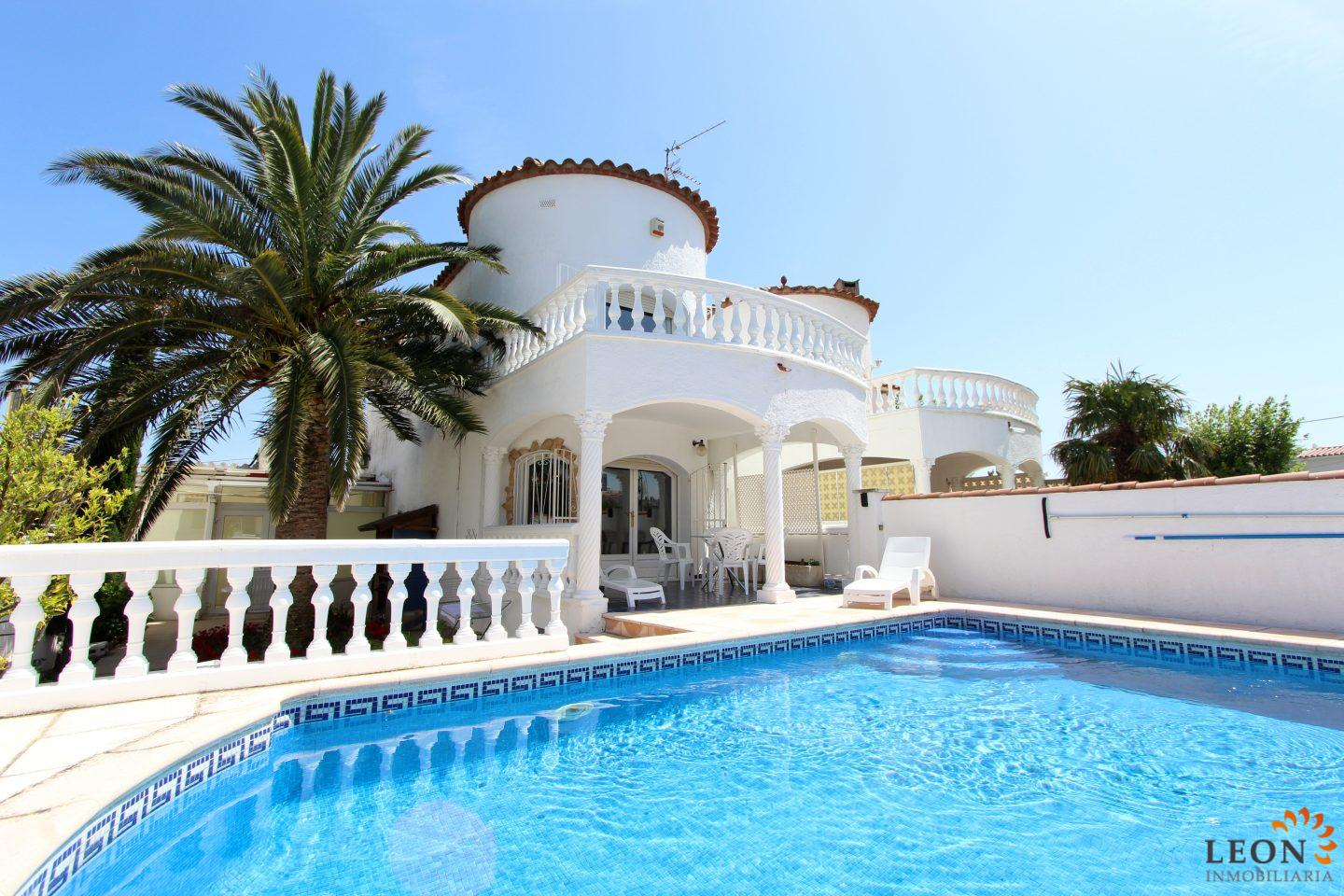 Empuriabrava, Costa Brava, Attractive And Spacious Holiday Villa For 4  People, With Private