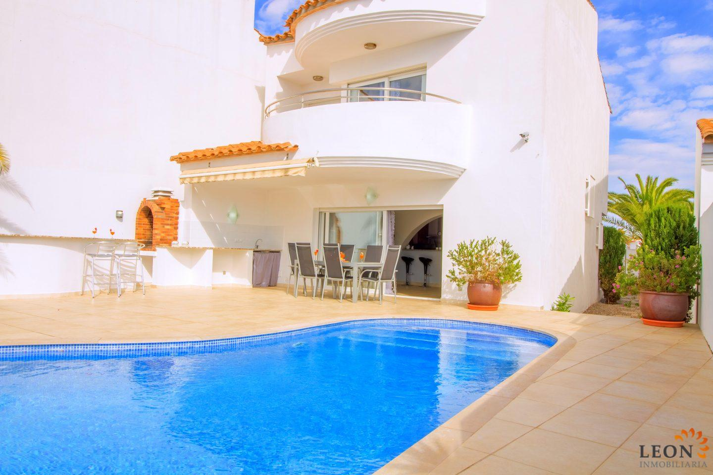 Charming Elegant Holiday Villa For 6 People With Swimming Pool And Canal Mooring For  Rent In Empuriabrava