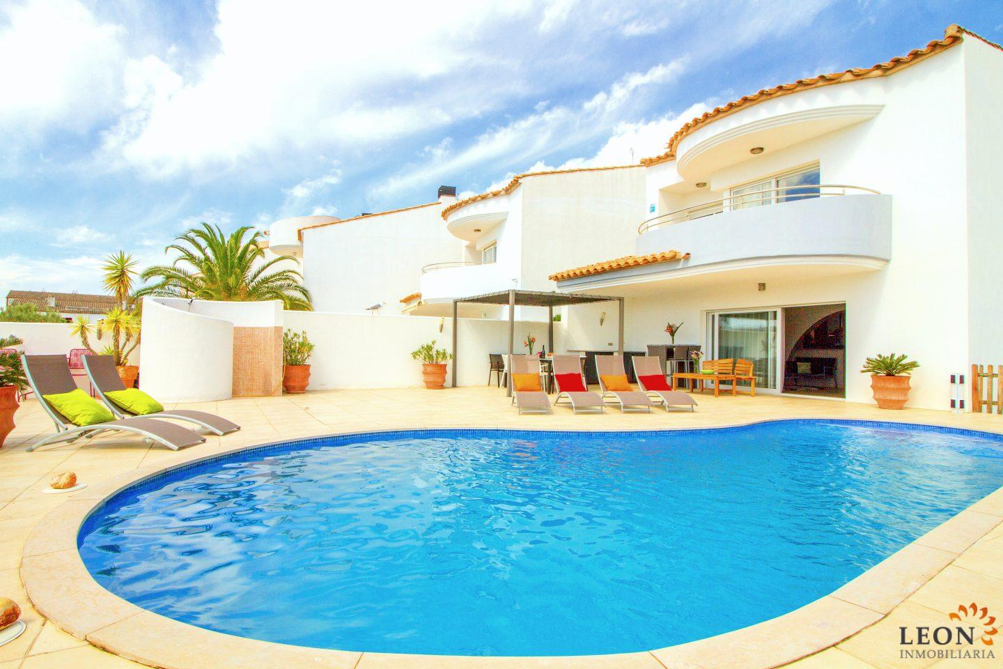 Stylish Holiday Villa For 6 People With Swimming Pool And Canal Mooring For  Rent In Empuriabrava
