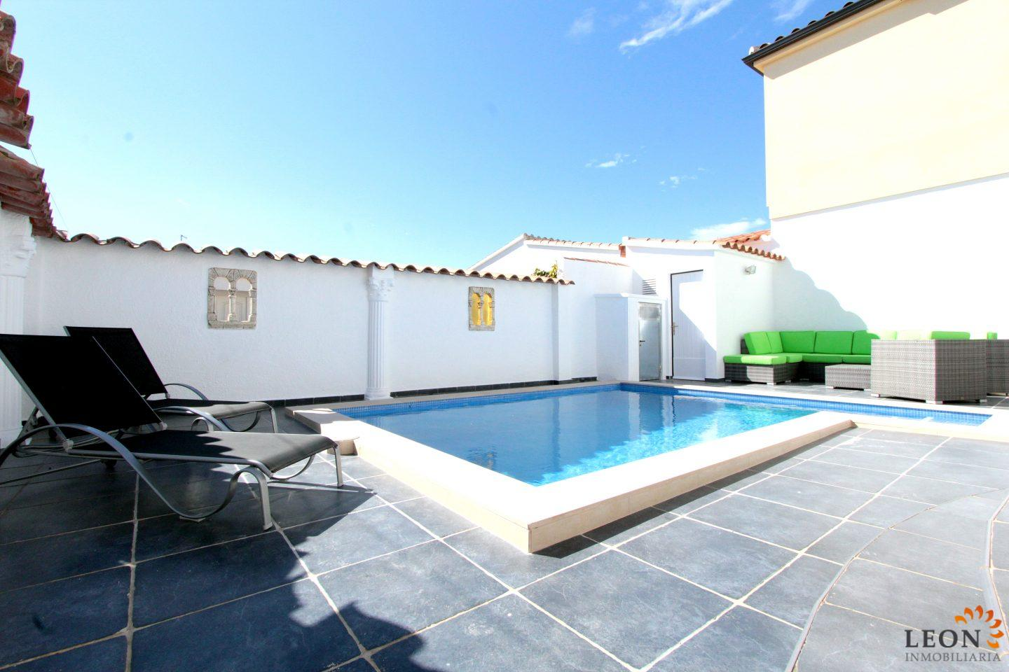Modern Villa For 4 Peoples In Empuriabrava With Beautiful Terrace And  Private Pool For Rent In