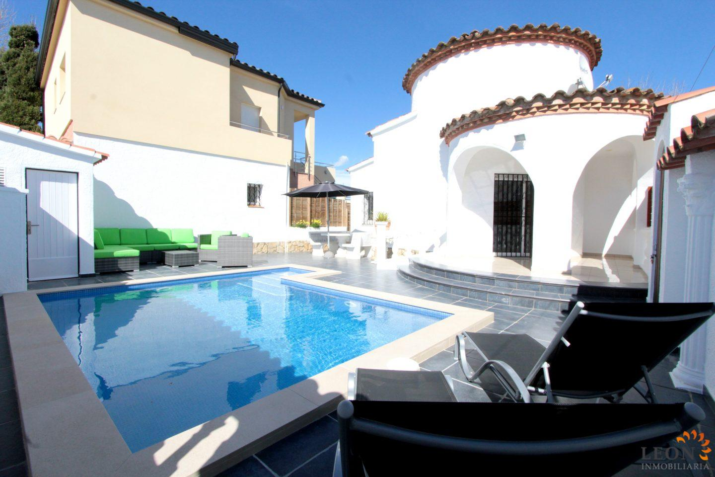Elegant Modern Villa For 4 Peoples In Empuriabrava With Beautiful Terrace And  Private Pool For Rent In